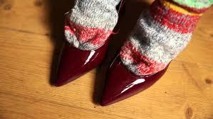 Растягиваем лаковые туфли