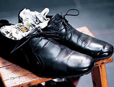 Растягиваем обувь при помощи газеты