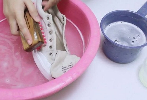 b2a8c50a54c3 Как стирать кеды в стиральной машине и вручную, в том числе белые ...