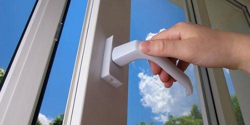 Рука открывает окно