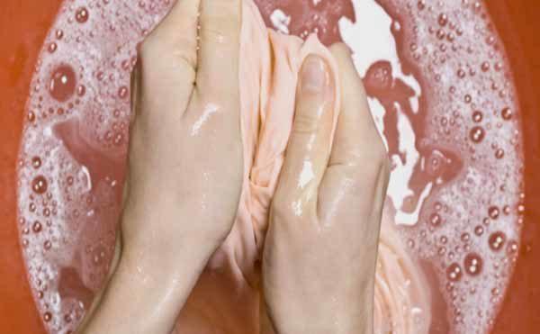 Руки стирают в тазике