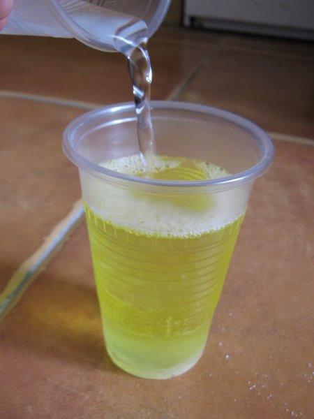 Вода в пластиковом стаканчике