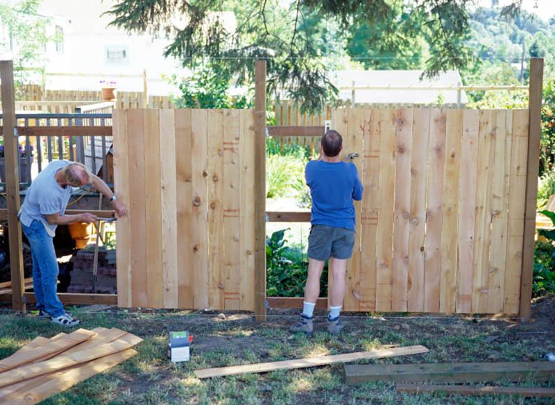 Поставить забор на даче своими руками