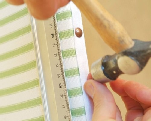 Закрепление ткани обивочными гвоздями