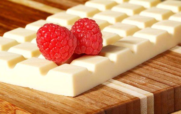 Белый шоколад с ягодами