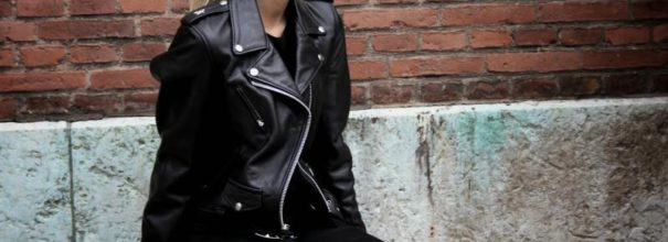 Блондинка в куртке-косухе