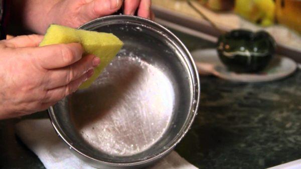 Чистка пригоревшего дня кастрюли солью