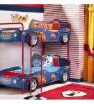 Двухъярусная кровать, оформленная в виде автомобилей