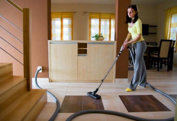 Уборка комнаты пылесосом