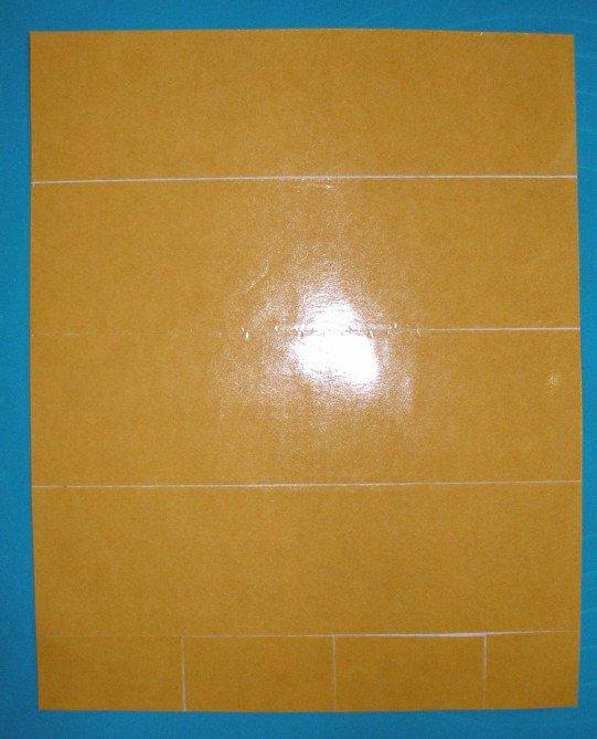Лист картона оклейте полосками двустороннего соктча