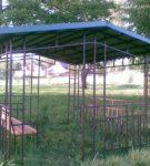 Металлическая беседка с двухскатной крышей