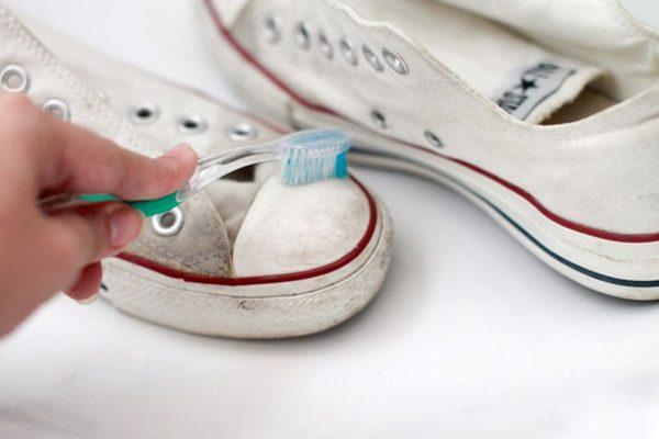 Очищение кроссовок от грязи вручную