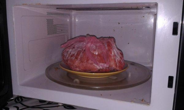 Замороженное мясо в микроволновке