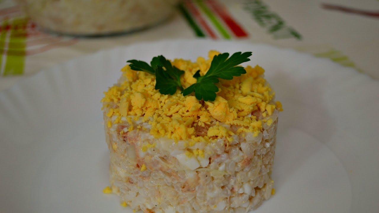 Салат из риса и консервированной рыбы с