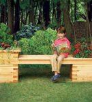 Садовая скамейка, украшенная цветами