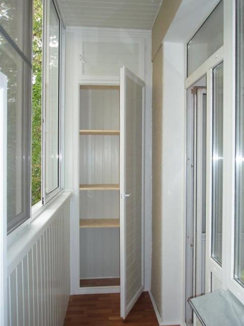 Шкаф из пластиковых панелей на балконе