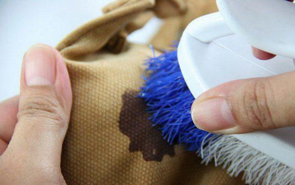 Щёткой удобно выводить пятна с ткани