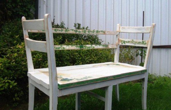 Скамейка из деревянных стульев