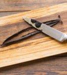 Стручок ванили на деревянной доске