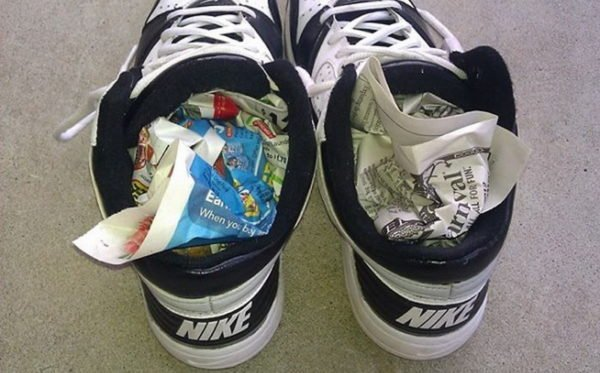 Сушка кроссовок газетами