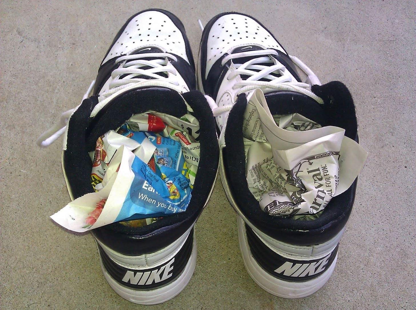 Как убрать неприятный запах из обуви в домашних условиях - применение различных способов + фото и видео