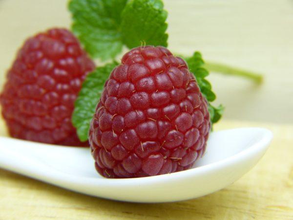 Ягоды малины Карамелька на тарелке