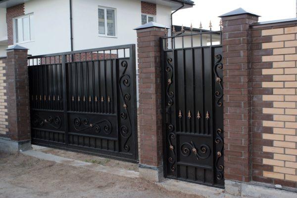 Ворота с кованым декором