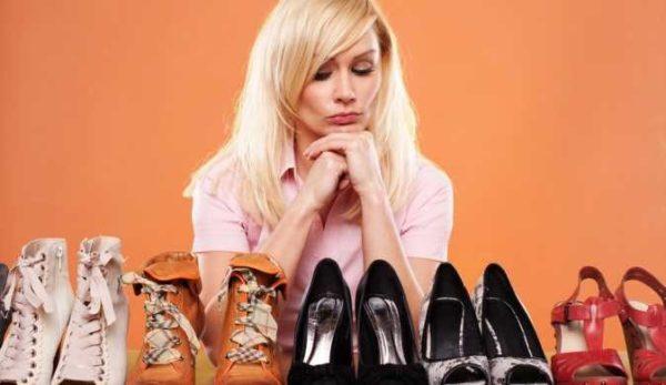 Блондинка задумалась над 5 парами обуви