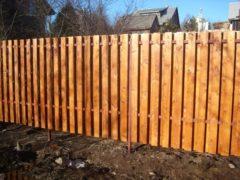 Деревянный забор вокруг дома