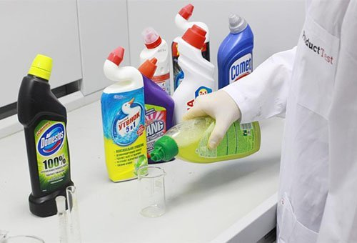 Флаконы со средствами для чистки унитаза, одно средство наливают в стакан