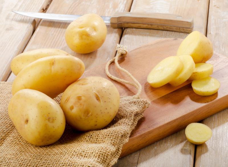 Картошка в кожуре и очищенная порезанная на дольки