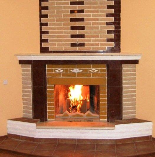 Одновременное использование кирпича и керамики при облицовке печи внутри дома