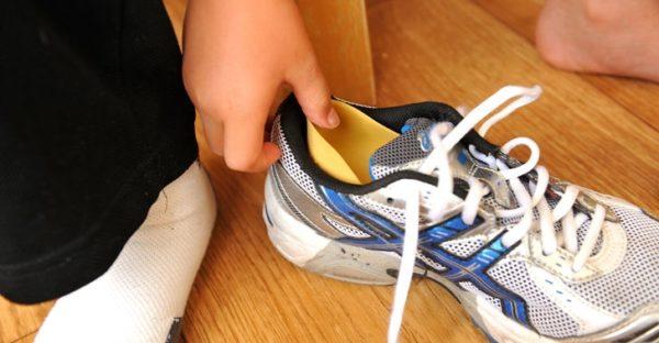 Накладку на задник вставляют в кроссовки