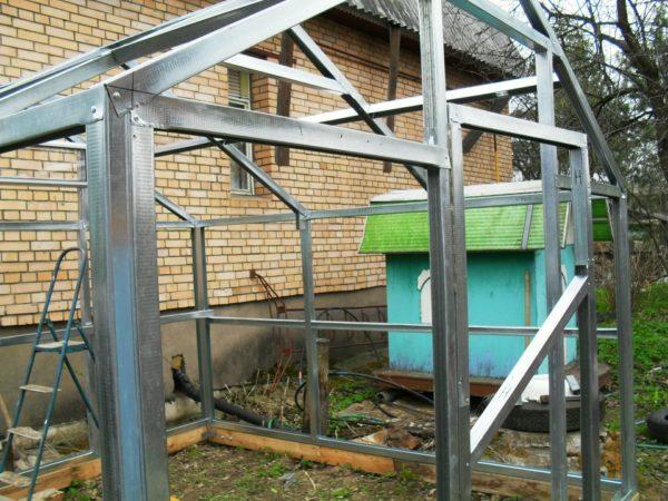 Каркас парника с двухскатной крышей