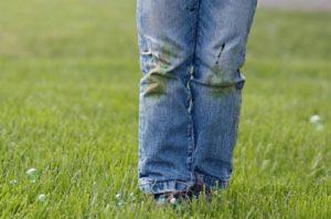 Пятна травы на джинсах