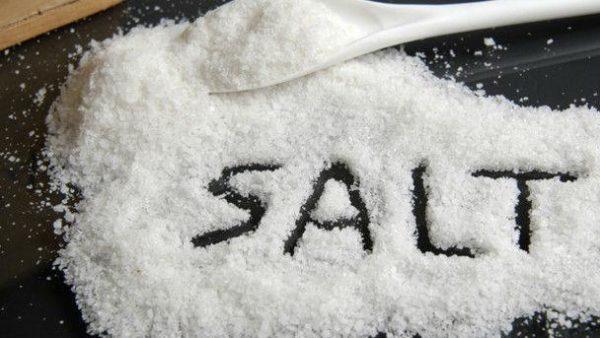 Слово sаlt на рассыпанной соли на столе