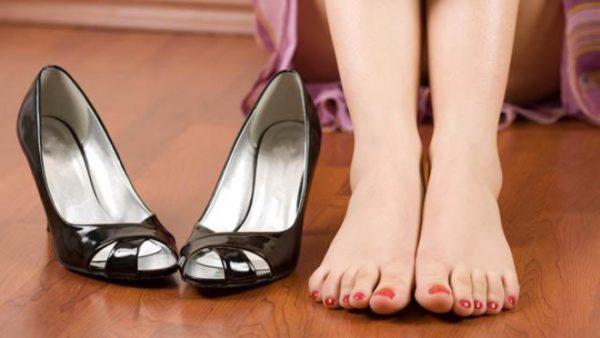 Туфли с открытым носком и ступни с красным педикюром