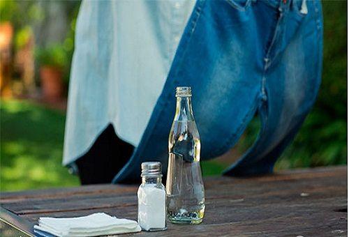Уксус и сода, джинсы висят на заднем плане