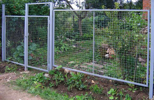 Забор из канелированной сетки