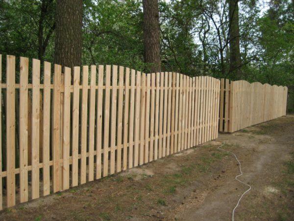 Забор из деревянной доски