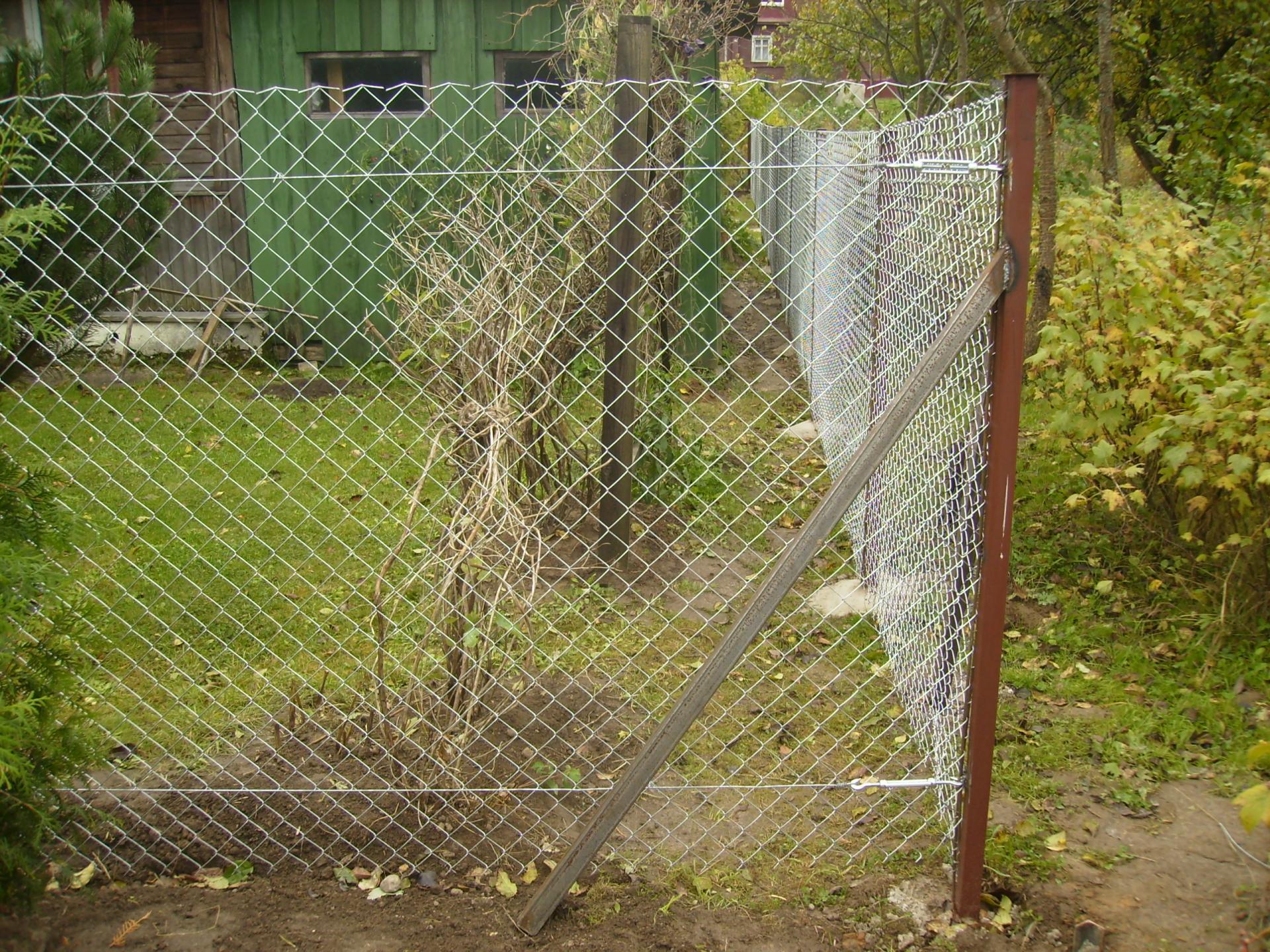 Забор из сетки рабицы сделанный своими руками