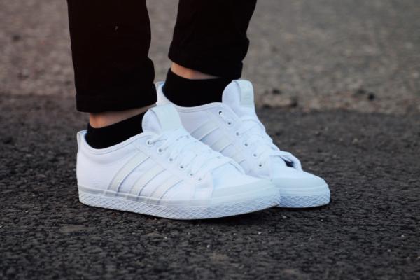 Белая новая обувь