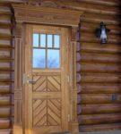 Дверь с резными наличниками
