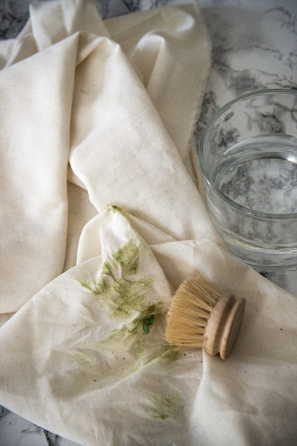 Как чистить пятно щёткой