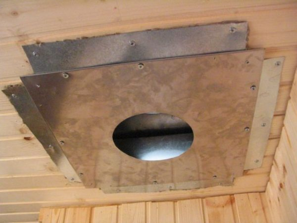 Крепим к потолку металлически лист с отверстием