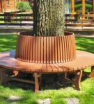 Круглая деревянная лавочка