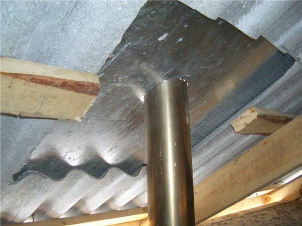 На крыше прибиваем металлический лист