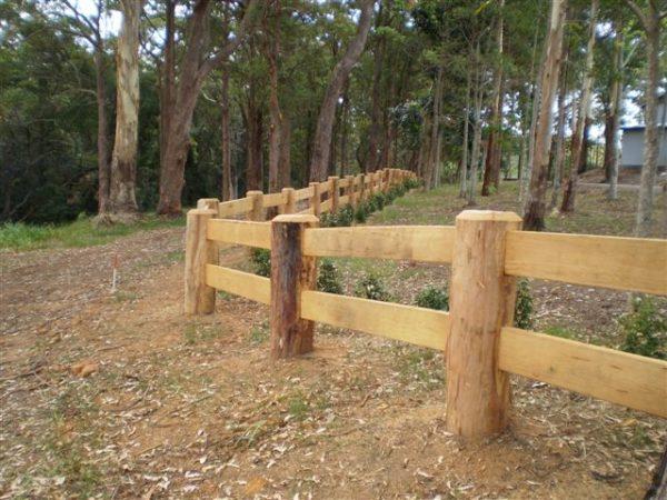 Ограждение с деревянными столбами