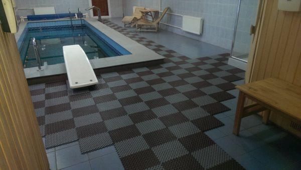 Половое покрытие у бассейна