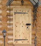 Наборные деревянные двери под козырьком